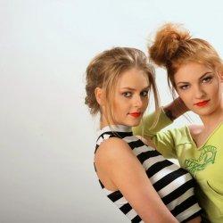 Tego sezonu modne są luźno upięte włosy (fot. materiały  Creativo Hair Studio)