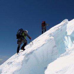 Jeżeli chemy bezpiecznie wędrować zimą po górach musimy pamiętać o kilku podstawowych zasadach (fot. foter.com)
