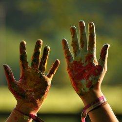 Od najmłodszych lat warto zachęcać dzieci do twórczego działania (fot. pixabay)