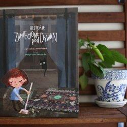 """""""Historie zamiecione pod dywan"""" to książka Agnieszki Zimnowodzkiej wydana przez Kocur Bury (fot. Ewelina Zielińska)"""