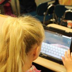 Aby ustrzec dziecko przed niebezpiecznymi grami internetowymi warto spędzać z nim więcej czasu (fot. pixabay)
