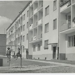 """Kiedyś dzieci spędzały na podwórku całe dnie. """"Klopsztanga"""" była zawsze oblegana (fot. wikipedia)"""