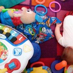 """Niektóre dzieci bawią się w kojcu """"do upadłego"""", ale nie wszystkie lubią takie ograniczenie wolności (fot. foter.com)"""