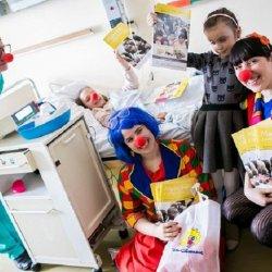 Książeczki małym pacjentom wręczli wolontariusze fundacji Dr Clown (fot. mat. prasowe)