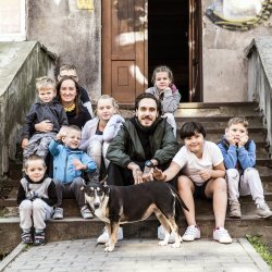 Miuosh na sesji zdjęciowej do kalendarza dla Domu Aniołów Stróżów (fot. mat. organizatora)