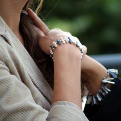 Na problemy z nadgarstkami skarży się wiele młodych mam (fot. sxc.hu)