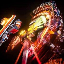 """Amatorzy nocnej zabawy na karuzelach zobaczą też multimedialny pokaz """"Magii Żywiołów"""" w Legendii (fot. mat. organizatora)"""