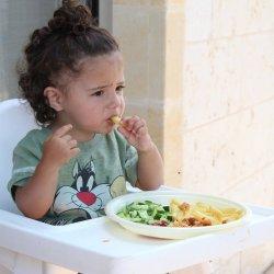 Zdarza się, że dziecko przy stole manifestuje swoją niezależność (fot. pixabay)
