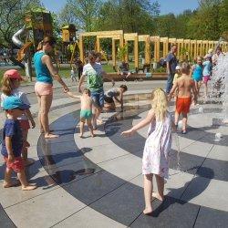 W upalne dni idealnie sprawdza się parkowa fontanna (fot. Katarzyna Esnekier/SilesiaDzieci.pl)