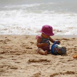 Dzieci uwielbiają piasek, jednak gdy nie ma pogody, warto mieć w domu substytut prawdziwego - kolorowy piasek Sablimage (fot. sklep.placfrancuski.pl)