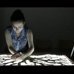 Podczas zajęć organizowanych przez Muzeum Górnośląskie dzieci będą m.in. malować piaskiem (fot. mat. organizatora)