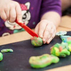 Zabawy masą plastyczną Patarev rozwijają kreatywność, wyobraźnię i zdolności manualne dziecka (fot. pixabay)