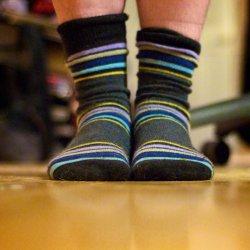 Dla bezpieczeństwa dziecka warto przerobić mu zwykłe skarpetki na antypoślizgowe (fot. foter.com)