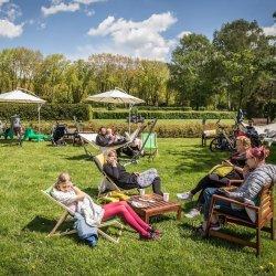 Śniadanie na trawie to okazja do relaksu na świeżym powietrzu (fot. mat. Park Śląski)