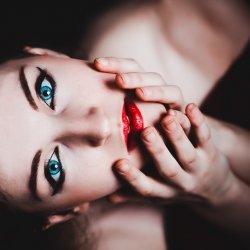 Makijaż najlepiej prezentuje się na wypoczętej, odpowiednio nawilżonej skórze (fot. pixabay)