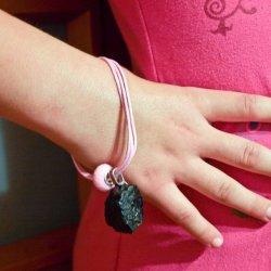 Podczas warsztatów dzieci będą mogły stworzyć swoją własną, unikatową biżuterię z węglem (fot. materiały organizatora)
