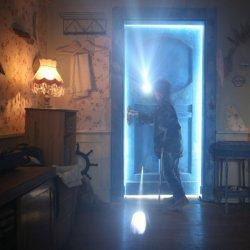 """Jedną z atrakcji Filmowego Zimowiska będzie spotkanie z reżyserem filmu """"Za niebieskimi drzwiami"""" (fot. kino Amok, kadr z filmu)"""