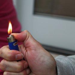 Czasem drobne przedmioty, jak zaplaniczka, potrafią pomóc rodzicom  w przekonaniu dzieci do nielubianych czynności (fot. foter.com)