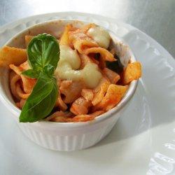 Pyszna i szybka w przygotowaniu zapiekanka z mozzarellą (fot. materiały Cynamonu Sztuki Gotowania)