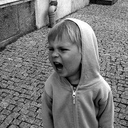 Jak sobie radzić ze słością u dzieci? Trzeba okazać zrozumienie (fot. foter.com)