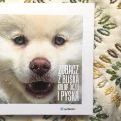 """Książka """"Zobacz z bliska kolor oczu i pyska"""" to małe dzieło sztuki wydawniczej (fot. Ewelina Zielińska/SilesiaDzieci.pl)"""