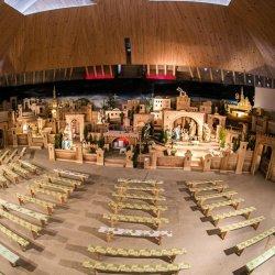 Szopka zajmuje cały ołtarz. Podczas mszy słychać meczenie, beczenie i inne odgłosy znajdujących się tu zwierząt (fot. mat. organizatora)