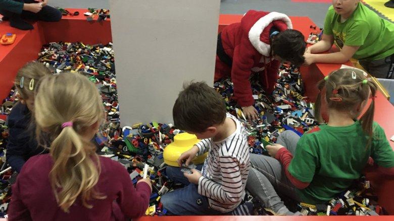 W Kreatywnym Centrum Zabaw 1000 Klocków znajdziecie różne rodzaje klocków LEGO, a 6 grudnia także Mikołaja (fot. mat. bawialni)