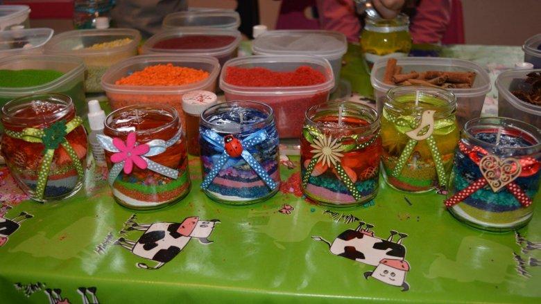 Na warsztatach w Piaskownicy Kulturalnej dzieci wykonają świeczki według własnych projektów (fot. mat. Piaskownica Kulturalna)