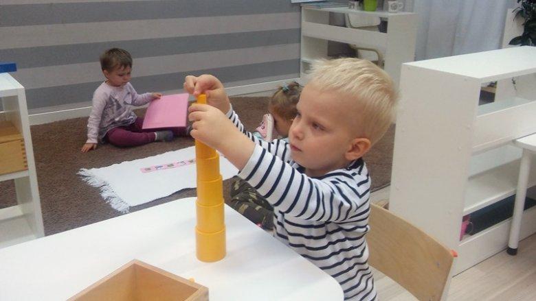 Podczas zajęć, dzieci pracują w swoim tempie, samodzielnie decydując, co chcą w danym momencie poznawać (fot. mat. English Montessori School)