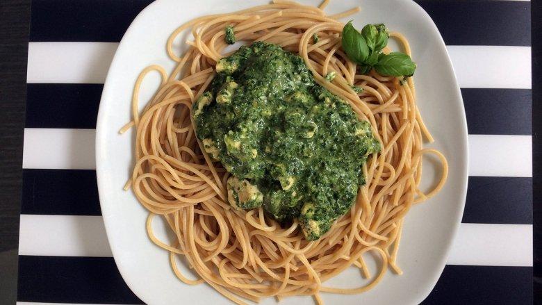 Spaghetti w sosie szpinakowym to prosty i smaczny pomysł na obiad (fot. mat. Silesia Dzieci)