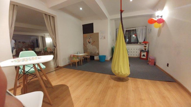 Lokal jest dwupoziomowy. Na piętrze znajduje się duża przestrzeń dla dzieci (fot. mat. Pli Pla Plo)