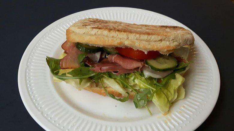 W bistro serwowane są także potrawy na ciepło np. panini (fot. mat. Pli Pla Plo)