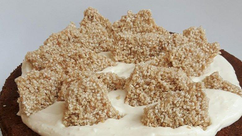 Jedną ze słodkich propozycji kawiarni jest ciasto dyniowo-sezamowe (fot. mat. Pli Pla Plo)