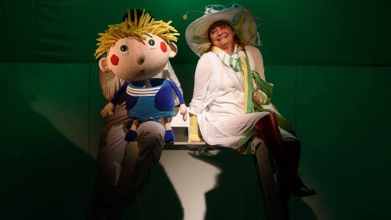 """""""Babcia na jabłoni"""" to spektakl, który możecie oglądać w Teatrze Lalki i Aktora Ateneum (fot. FB Śląski Teatr Lalki i Aktora Ateneum)"""