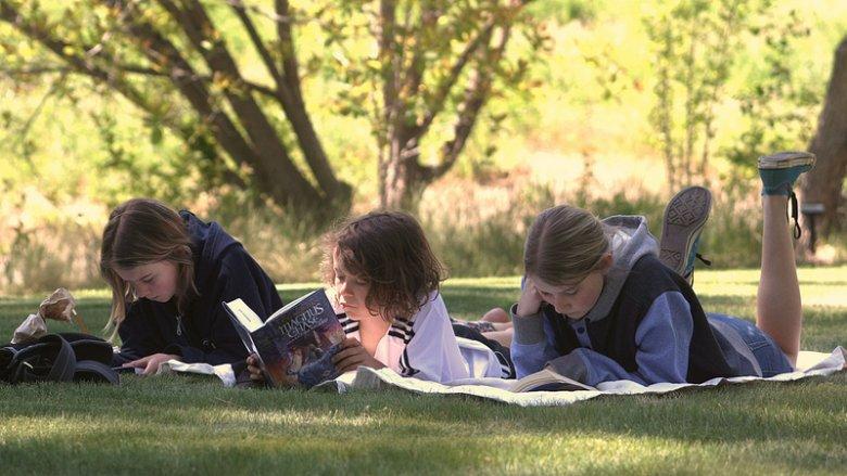 Jak pomóc dzieciom pokonać trudności w nauce czytania? To temat spotkania w Biblioforum (fot. foter.com)