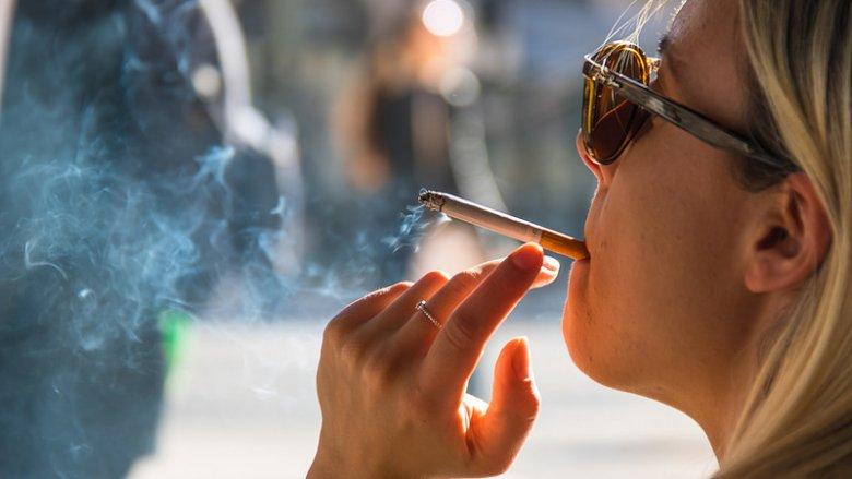 Czy palenie w czasie ciąży trzeba rzucić, czy wystarczy je ograniczyć? (fot. foter.com)
