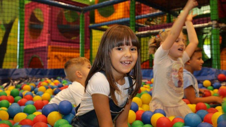 W sali zabaw mieści się suchy basen, a także labierynty i zjeżdżalnie (fot. mat. Legendii)