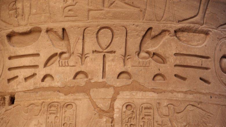 Jakie tajemnice kryją egipskie hieroglify dowiedzą się uczestnicy tych warsztatów (fot. foter.com)