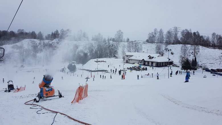 Na stoku zamontowano też armatki śnieżne, które wspomagają zmienną aurę (fot. mat. organizatora)