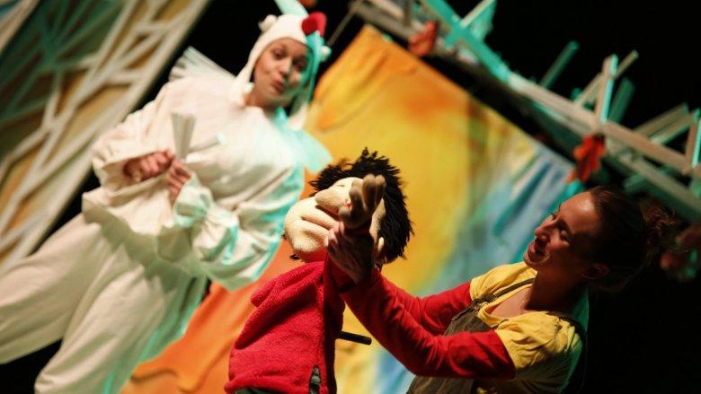 W spektaklu Dziadek Mróz będzie miał pełne ręce roboty - będzie mroził i oprószał śniegiem wszystko, co napotka (fot. mat. organizatora)