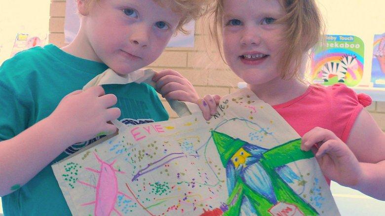 Gdy podsuniemy dzieciom ciekawy pomysł chętnie włączą się w tworzenie świątecznych prezentów (fot. foter.com)