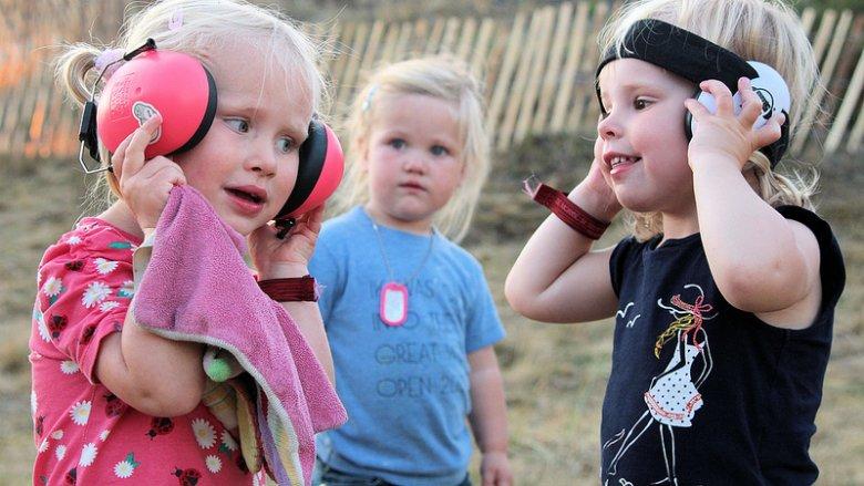 O przyczynach problemów ze słuchem wśród dzieci opowiada szef Oddziału Laryngologii w Górnośląskim Centrum Zdrowia Dziecka w Katowicach (fot. foter.com)