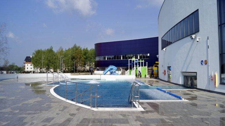 Zarówno w środku, jak i na zewnątrz obiektu można zażywać relaksujących kąpieli (fot. SilesiaDzieci.pl)
