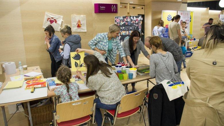 Jedną z propozycji warsztatowych dla dzieci były warsztaty sitodruku (fot. mat. Silesia Bazaar)
