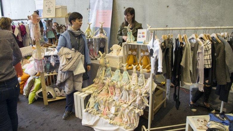 Mięciutkie przytulanki i oryginalne ubranka dla najmłodszych królowały na targach (fot. Silesia Bazaar)