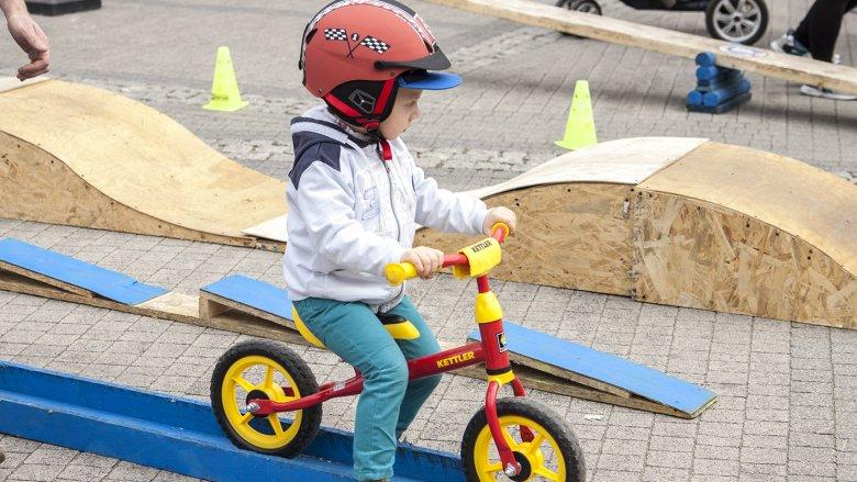 Rowerowa Akademia Juniora udostniępniła najmłodszym rowerki i tor przeszkód (fot. Katarzyna Szawińska)