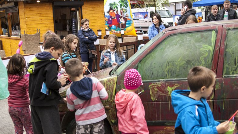 Dzieciaki miały dużo frajdy z malowania samochodu (fot. Katarzyna Szawińska)