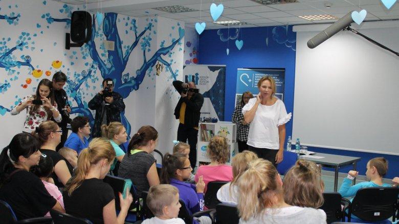 Anna Guzik spotkała się z małymi pacjentami szpitala i poczytała im na głos historie o Smoczku Marianie (fot. mat. prasowe)