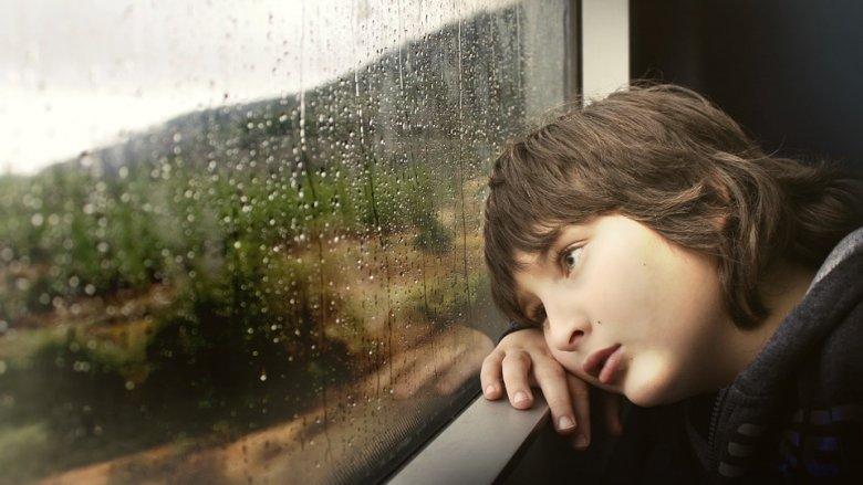 Autyzm charakteryzuje się zakłóceniami zdolności komunikowania uczuć i budowania relacji międzyludzkich (fot. pixabay)