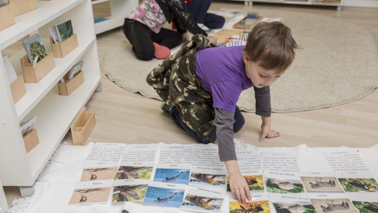 Tak jak w przedszkolu, tak i w szkole wiele zajęć odbywa się na podłodze, bo siad skrzyżny jest dla dziecka naturalną i zdrowszą pozycją aniżeli siedzenie w ławce (fot. mat. English Montessori School)